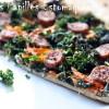 Pizza au chou kale, carotte, raifort, moutarde, coriandre, cumin et saucisses fumées